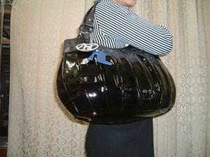 エナメル加工底丸型バッグブラック