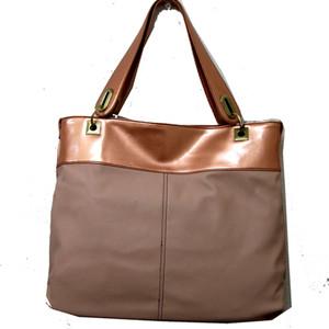 金具がかわいい春カラーのバッグ