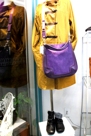 コート、バッグ、ブーツのコーディネイト