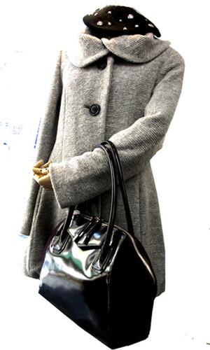 軽くて暖かいコートとスエードコンビバッグ