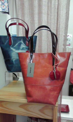 バケツ型のちょっと小振りのトートバッグです。リンゴのチャームがかわいいでしょ?