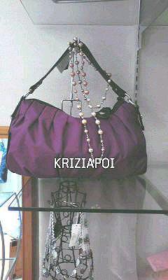 KRIZIAPOIの2Wayバッグ。鮮やかなパープルが印象的です。